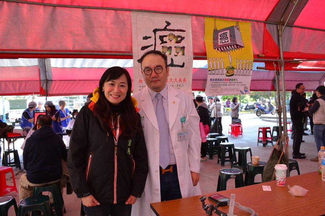 安南醫院耳鼻喉科主任邱怡喬(右)帶隊義診,並呼籲民眾對於流感不要輕忽。記者吳淑玲...