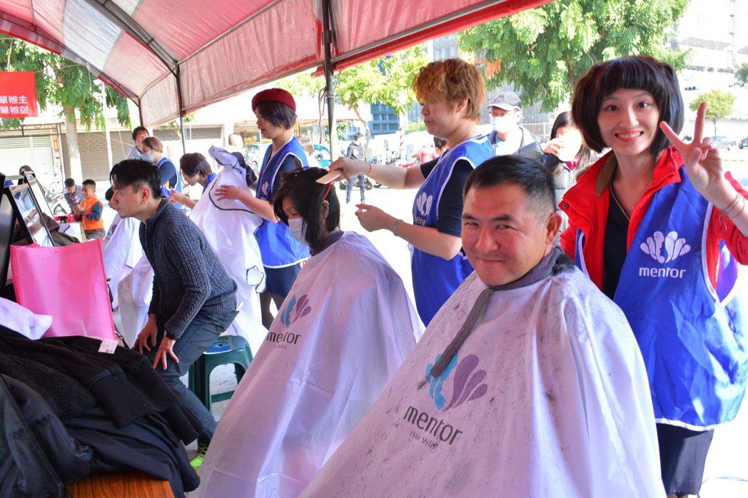 曼都髮型10名設計師參與義剪。記者吳淑玲/攝影