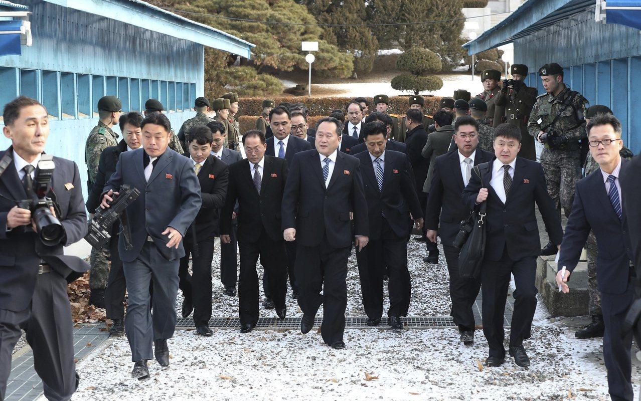 北韓祖國和平統一委員會委員長李善權(中)9日率領代表團越過板門店分界線,準備與南...