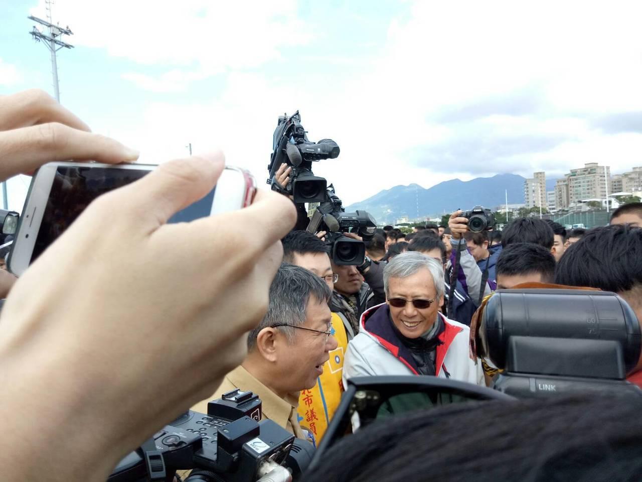 台北市長柯文哲今天出席市長盃橄欖球盃被問及朱立倫認為他是政治明星的看法,柯文哲說...