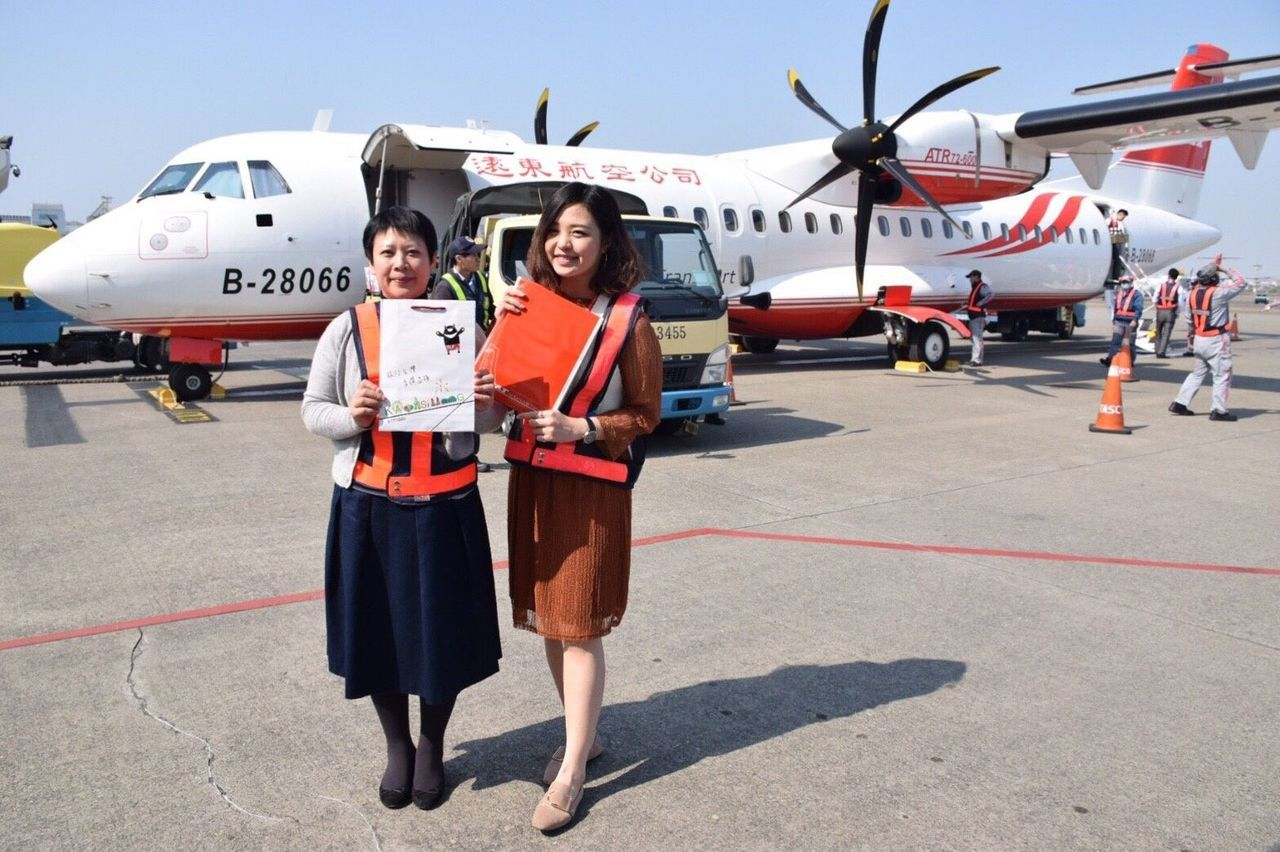 遠東航空新引進的ATR-600班機今天首航「高雄-馬公」航線。圖/遠東航空公司提...