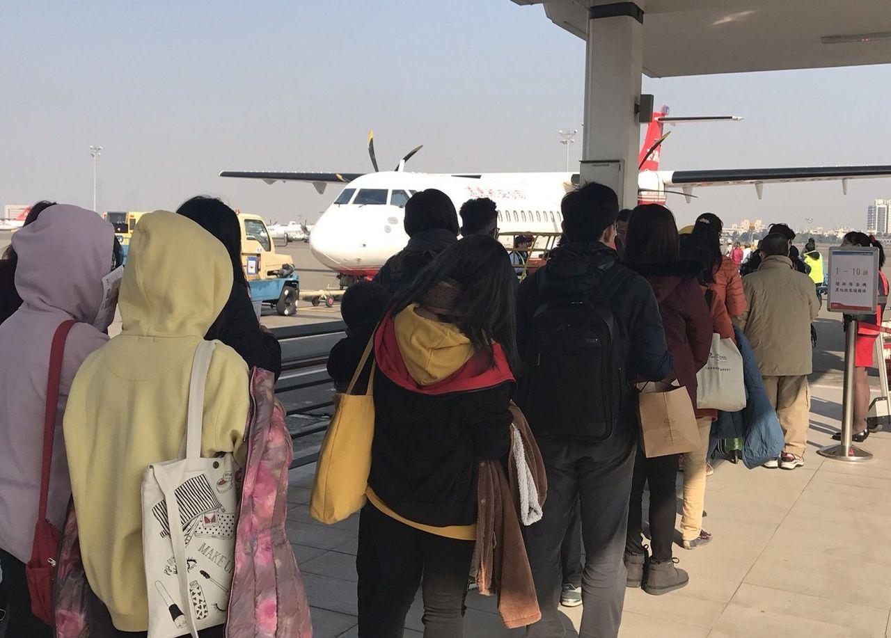 遠東航空新引進的ATR-600班機今天首航「高雄-馬公」,一開航即滿座。圖/遠東...