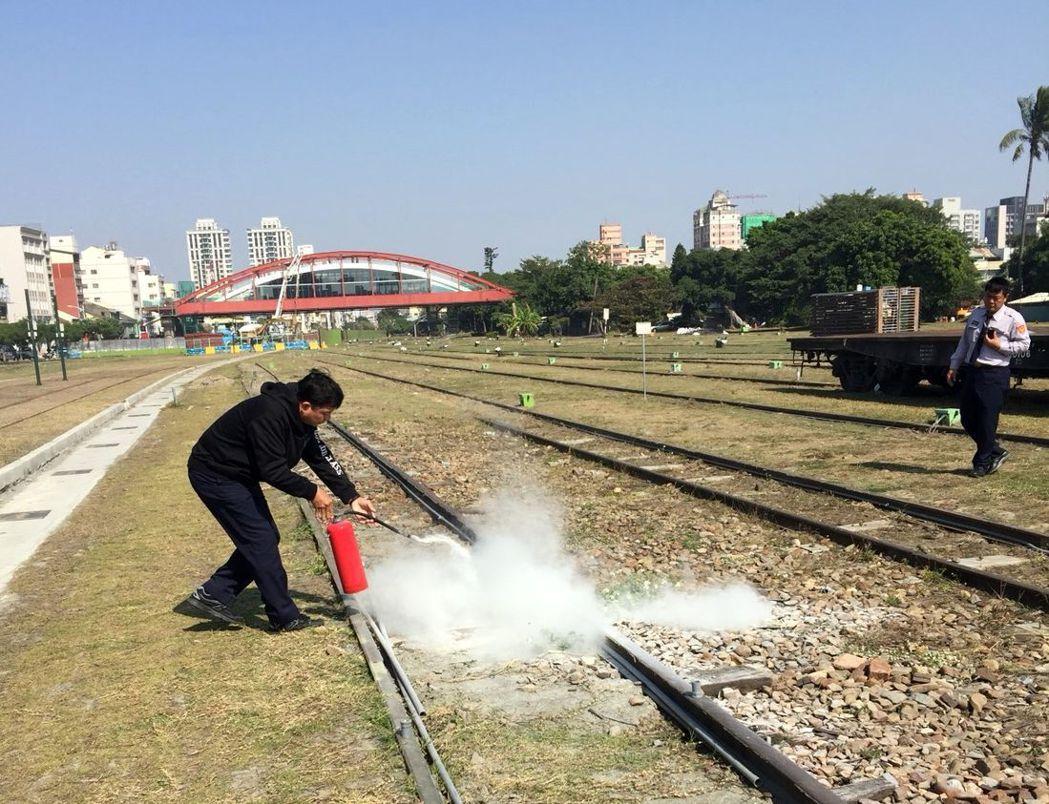 警方據報鐵道文化園區枕木起火,趕緊提著滅火器撲滅枕木火苗。記者林保光/翻攝