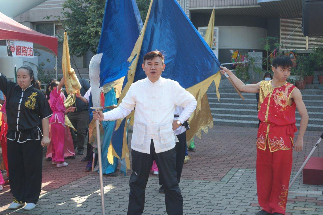 民進黨台南市長參選人李俊毅今天舉辦愛心園遊會,他也上台表演耍大刀並再批黑金。圖/...