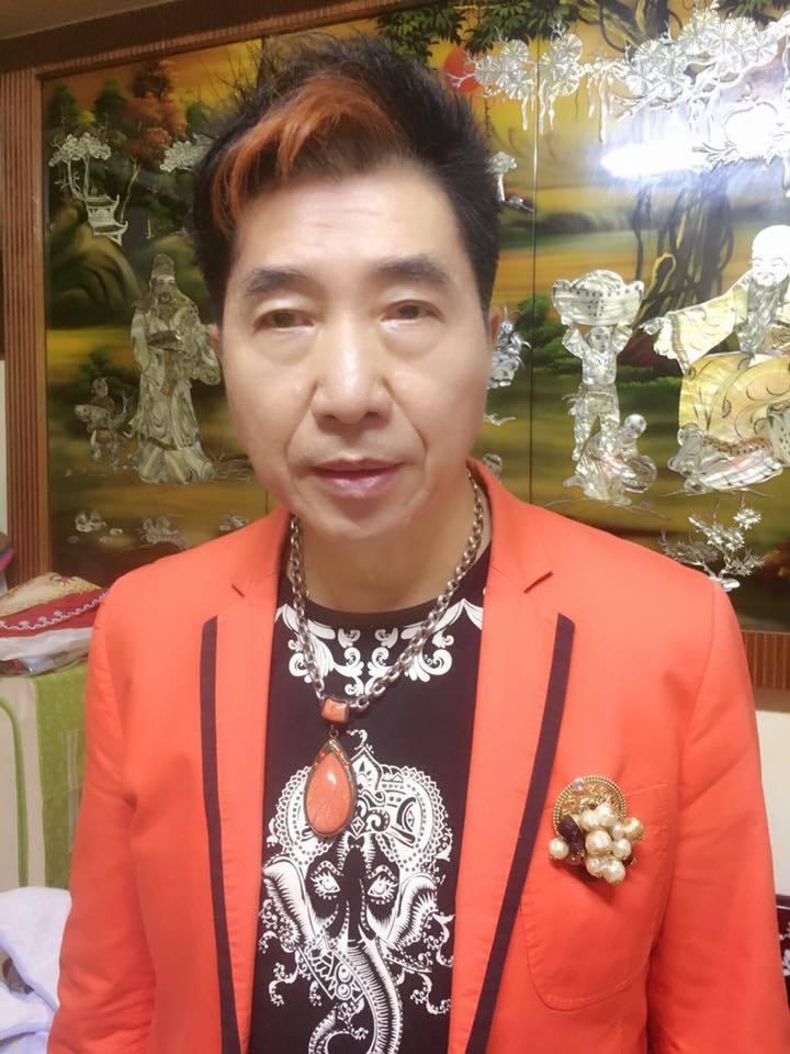 資深藝人康龍近幾年主持宮廟活動、演出「戲說台灣」等演藝工作。圖/摘自臉書