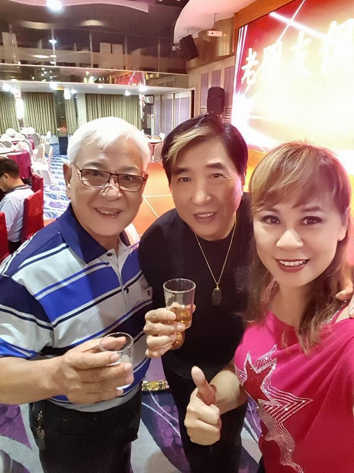 資深藝人康龍(中)近幾年主持宮廟活動、演出「戲說台灣」等演藝工作。圖/摘自臉書
