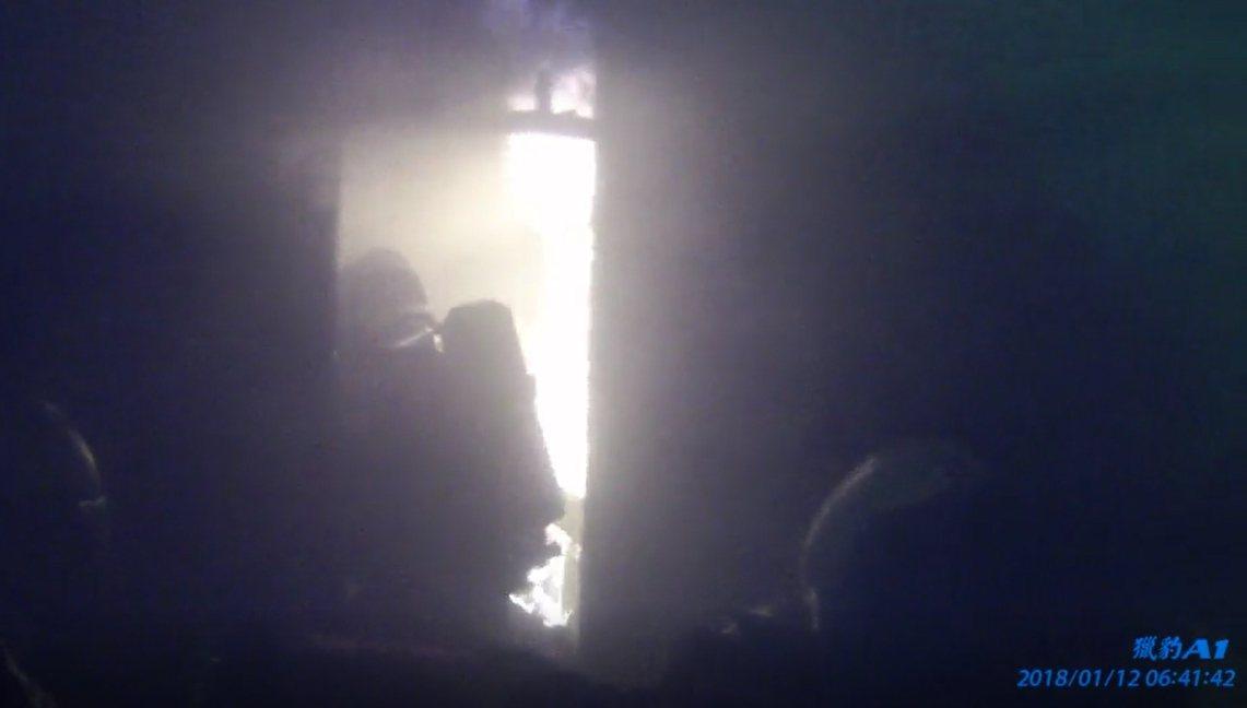 消防員拉水帶進入三樓起火點灌救,等火勢受控,即入房搜尋,發現倒在臥床旁邊地板的康...