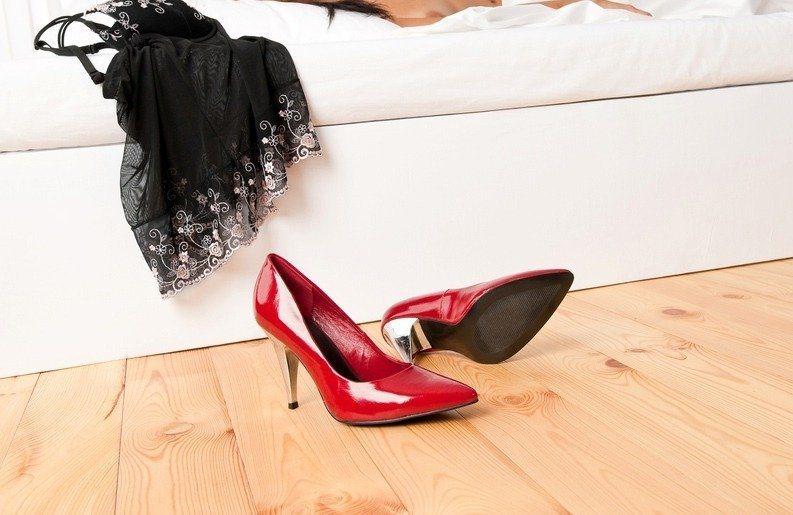桃園市趙姓男子發現妻偷藏情趣內衣、吊帶褲,疑妻外遇,控告假想敵賠償,法官判敗訴。...