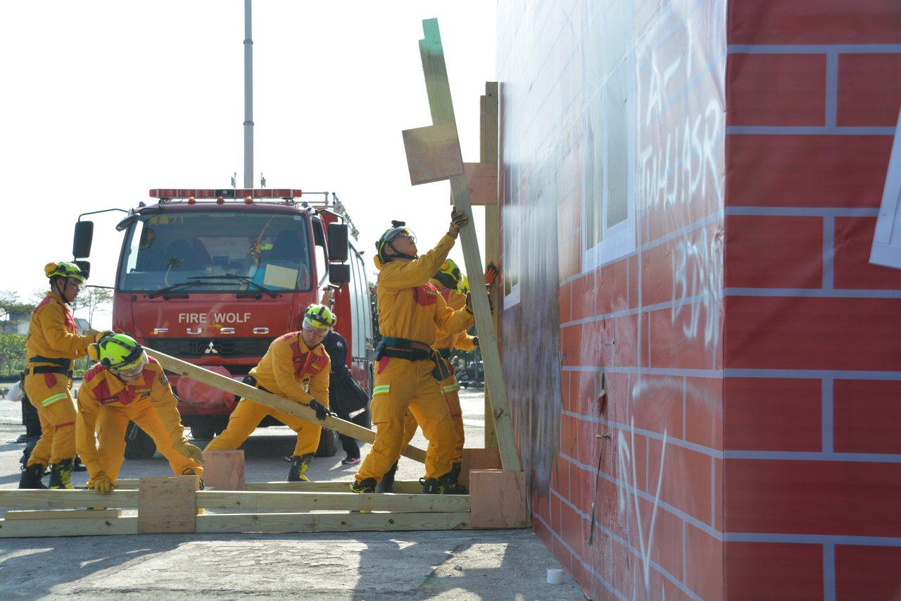 花蓮特種搜救隊今天成軍,隊員現場演練重大災害的救援任務。記者王燕華/攝影