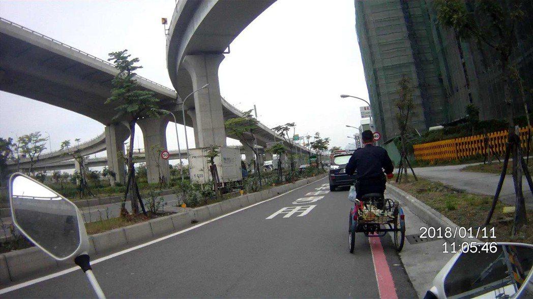 所長陳宗靖騎著阿嬤的三輪車。記者劉星君/翻攝