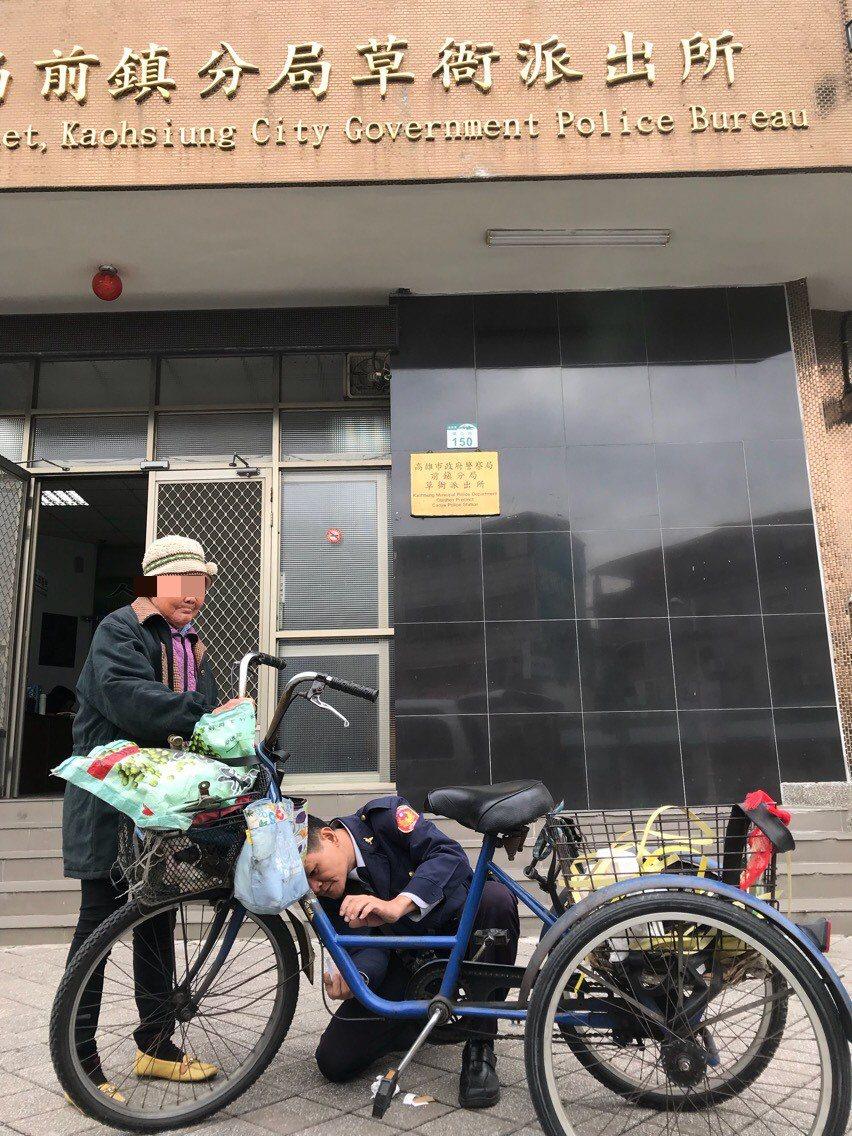 警方將阿嬤載回派出所,所長也將三輪車騎到派出所,警方幫阿嬤的三輪車烙碼。記者劉星...