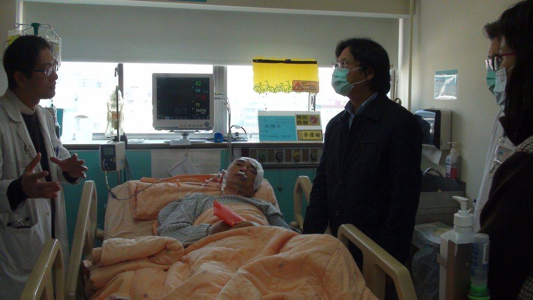 內政部長葉俊榮(右2)探視嘉義市警察局交通隊長林耀本。記者謝恩得/攝影