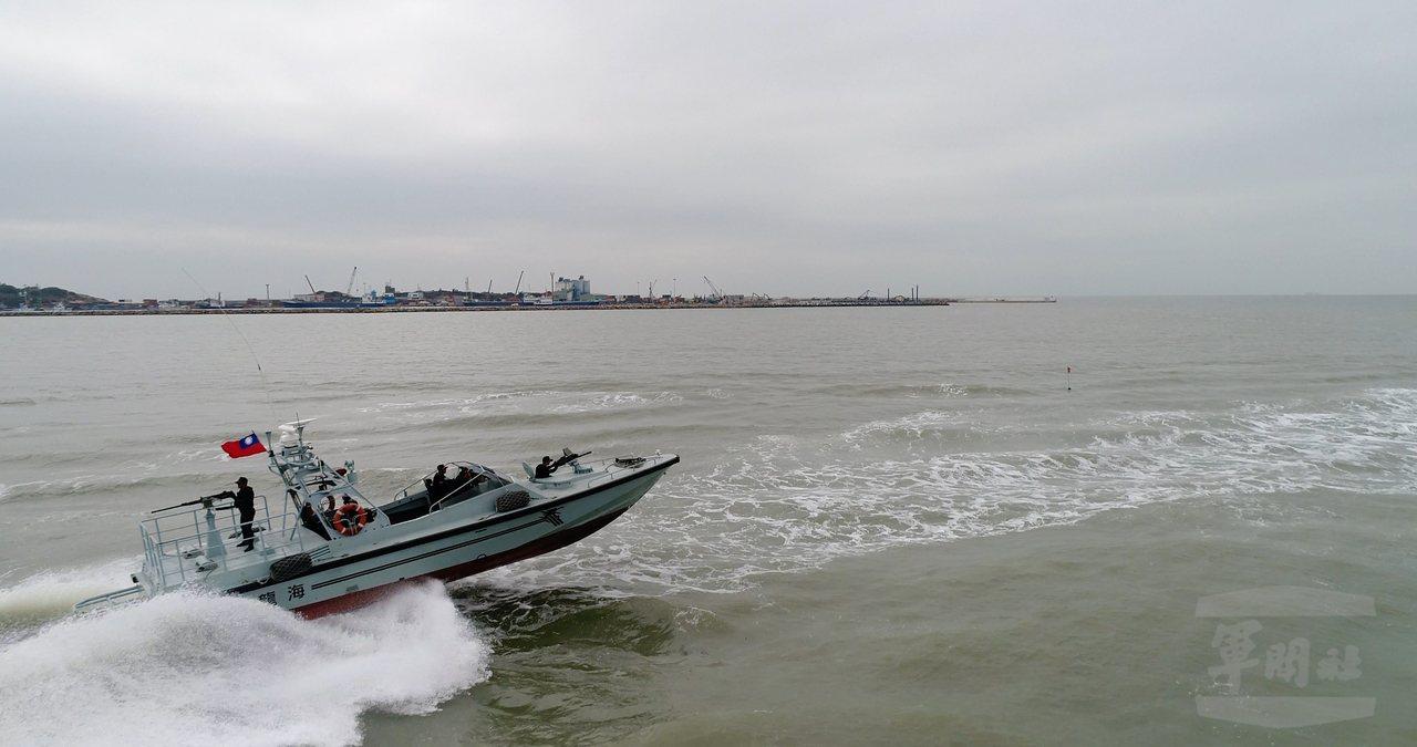 陸軍海龍艇具有速度快、航程遠、耐波力大、迴轉半徑小等特性。圖/軍聞社