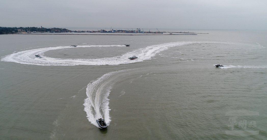 陸軍兩棲偵察營除了海龍艇外,尚有「成功艇」(圖下方),此款硬底充氣式深V型快艇,...