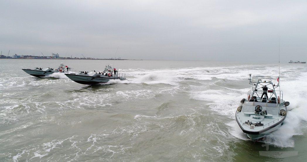 配賦在陸軍兩棲偵察營的海龍艇,具有速度快、航程遠、耐波力大、迴轉半徑小等特性;蛙...