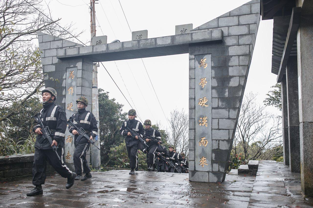 憲兵恢復硬漢嶺行軍訓練。圖/軍聞社