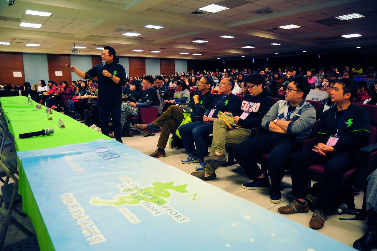 王政忠(左,手持麥克風者)到新竹參加教師研習工作坊,分享自己的教學經驗。圖/新竹...