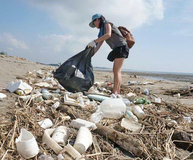 屏東小琉球是海龜故鄉,漂上岸的人為塑膠垃圾清不完 ,愛龜淨灘活動由店家接力傳承。...
