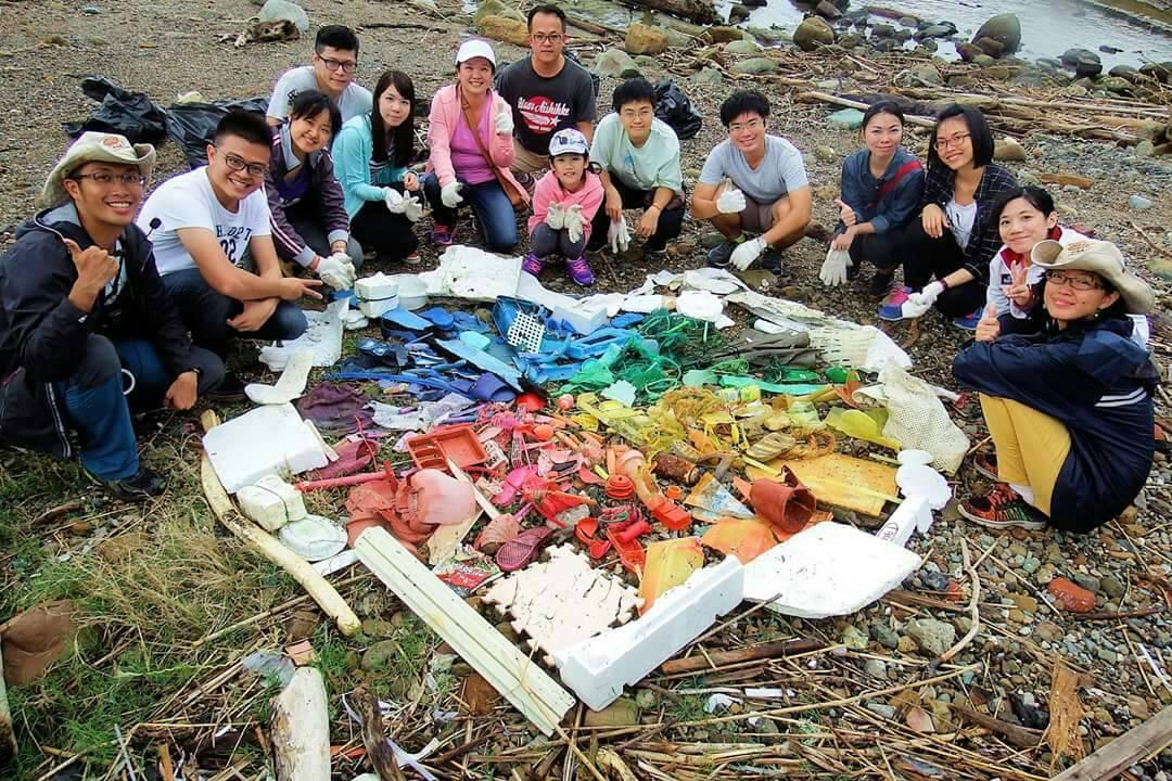 導入「海灘貨幣」的屏東小琉球愛龜淨灘接力活動,參與者將各式海漂垃圾排成愛心圖案。...