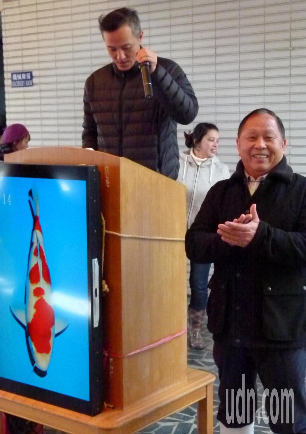 看見客人買到喜歡的錦鯉,李永華(右)為他們高興。記者鄭國樑/攝影