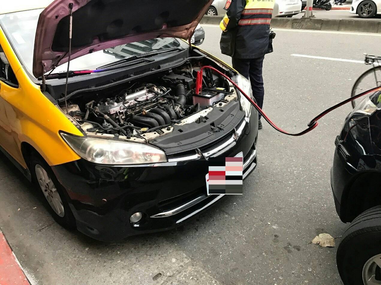 計程車疑似電瓶電量不足「顧路」。記者蕭雅娟/翻攝