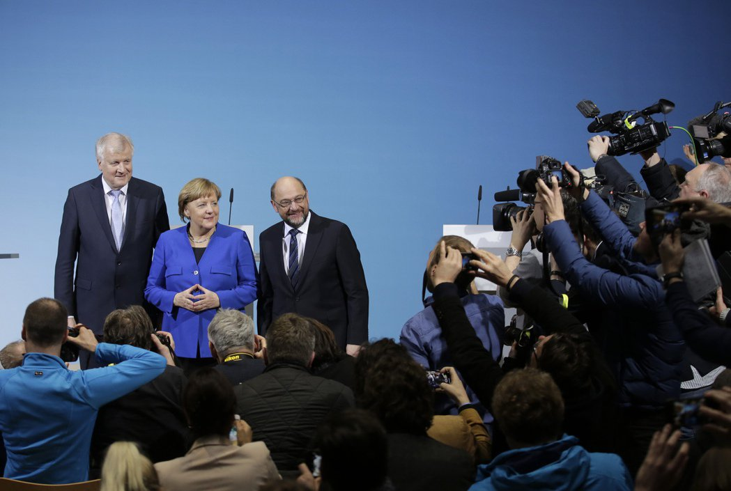 基督教社會黨黨魁賽賀佛(Horst Seehofer)(左起)、德國總理梅克爾與...