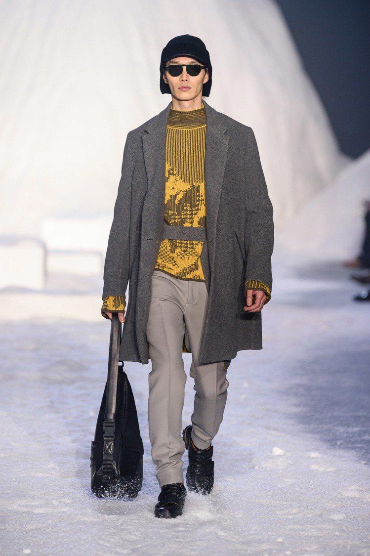 模特兒演繹「雪中印跡」的主題,也在腳下捲起千堆雪。圖/Ermenegildo Z...