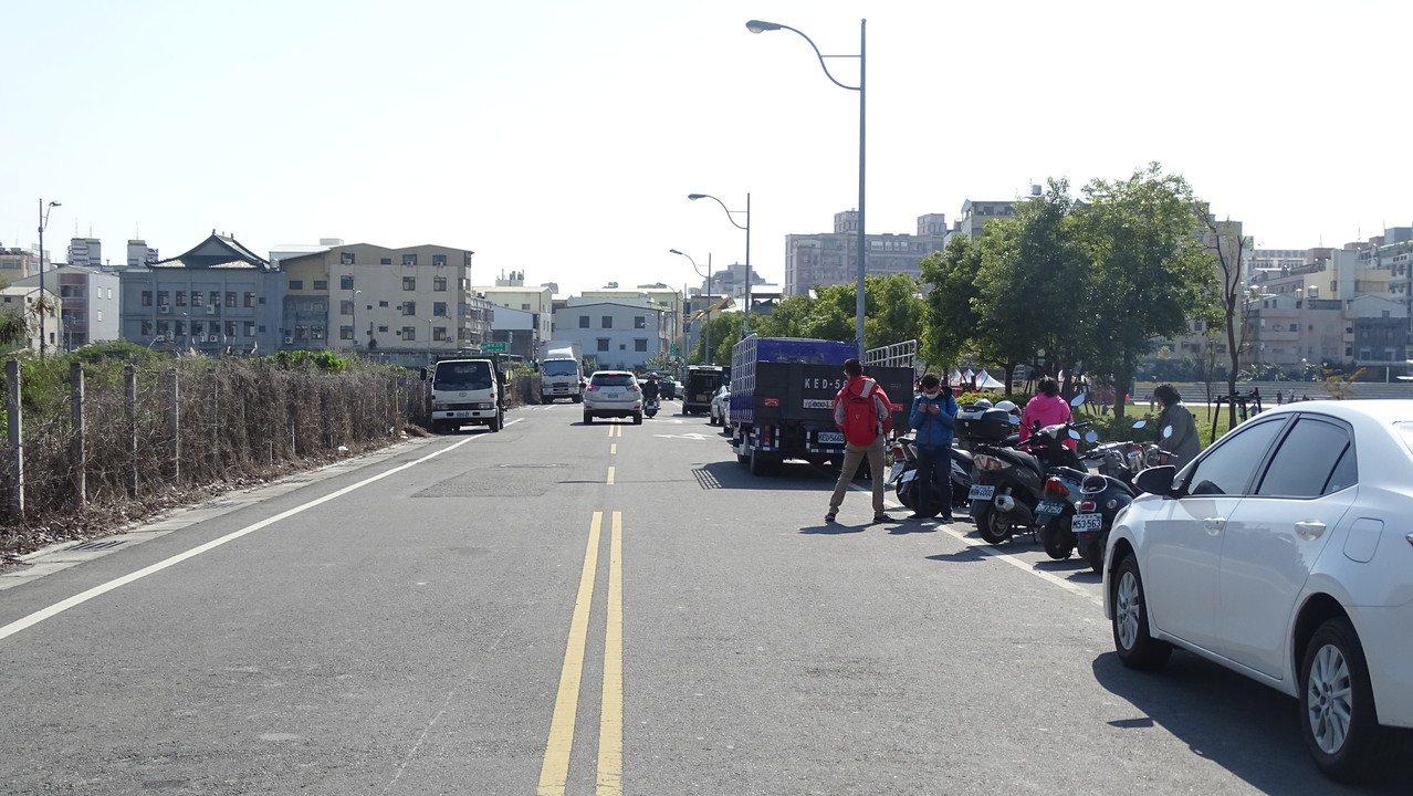 員林市「圓林園」多功能公園13日啟用,周遭完全沒有停車空間。記者何烱榮/攝影
