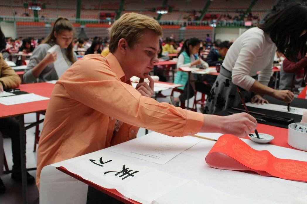 第12屆桃園全國春聯書法比賽今天在桃園巨蛋登場,新住民組吸引德國、日本、丹麥、波...