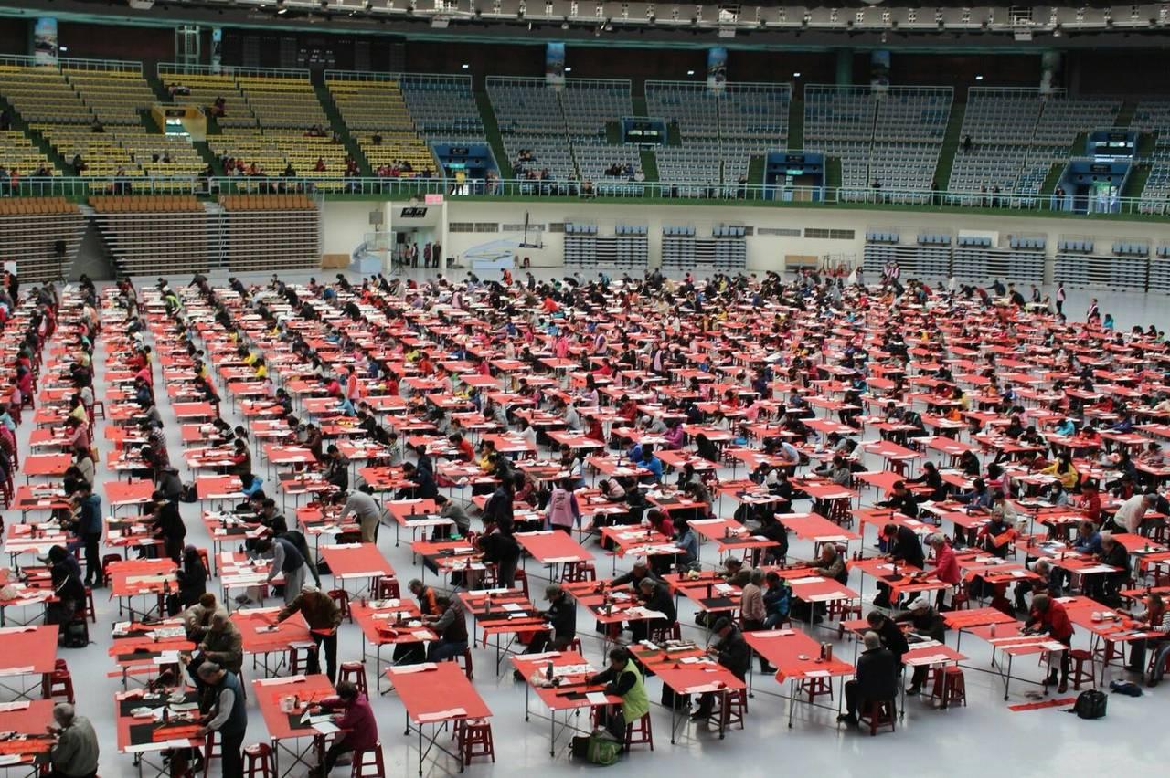 第12屆桃園全國春聯書法比賽今天在桃園巨蛋登場,來自全國各地共上千名書法好手齊聚...