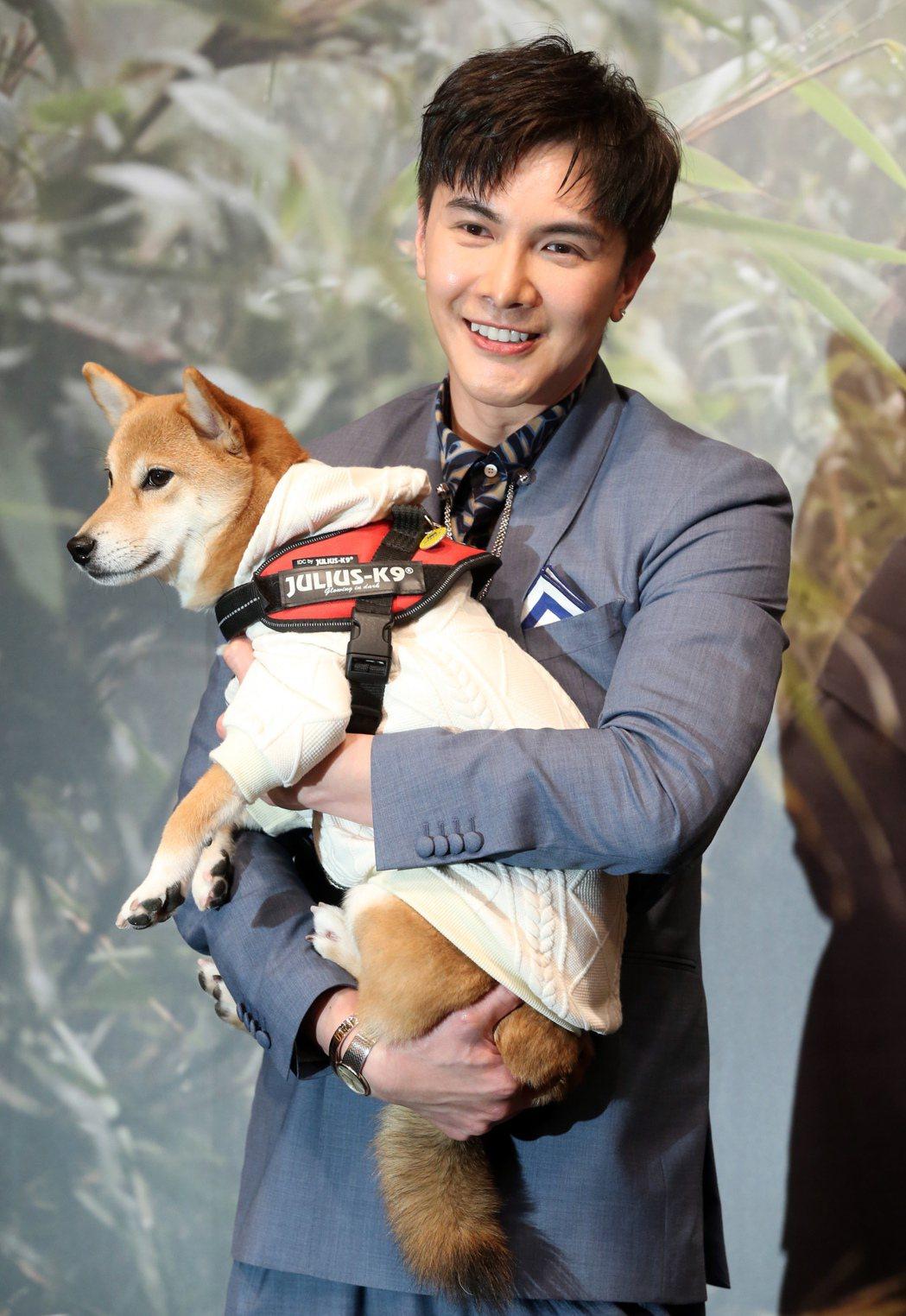 謝佳見養的小柴犬Uni陪同謝佳見一起出席新書發表記者會。記者徐兆玄/攝影