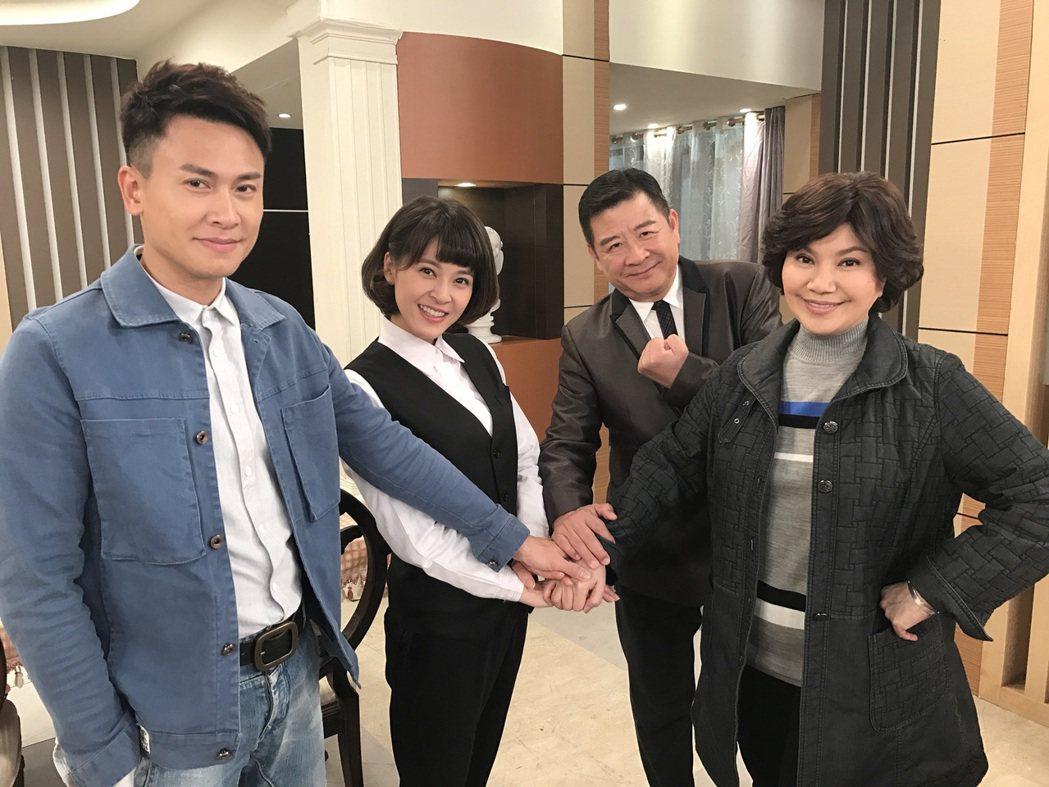王建復(左起)、蘇晏霈、蔡阿炮、唐美雲演出「幸福來了」。圖/民視提供