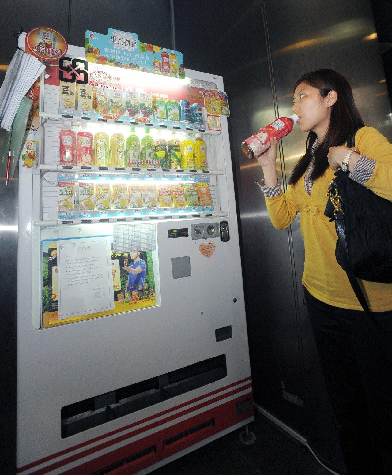 自動販賣機提供購物便利,但民眾購買應注意有無完整食品標示。報系資料照片