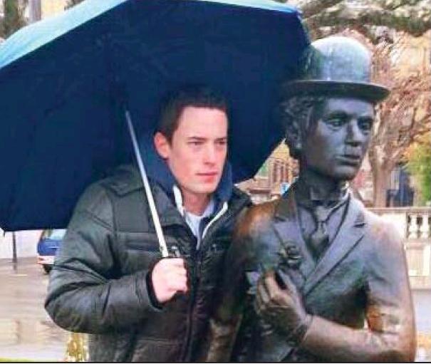 凱文卓別林曾與爺爺的銅像合照,眉宇間可有幾分神似?圖/摘自pressreader
