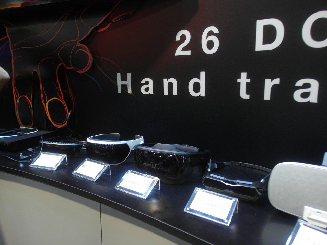 宇博先進的AR眼鏡(右二)在合作夥伴凌感科技的攤位展出。 記者何佩儒/攝影