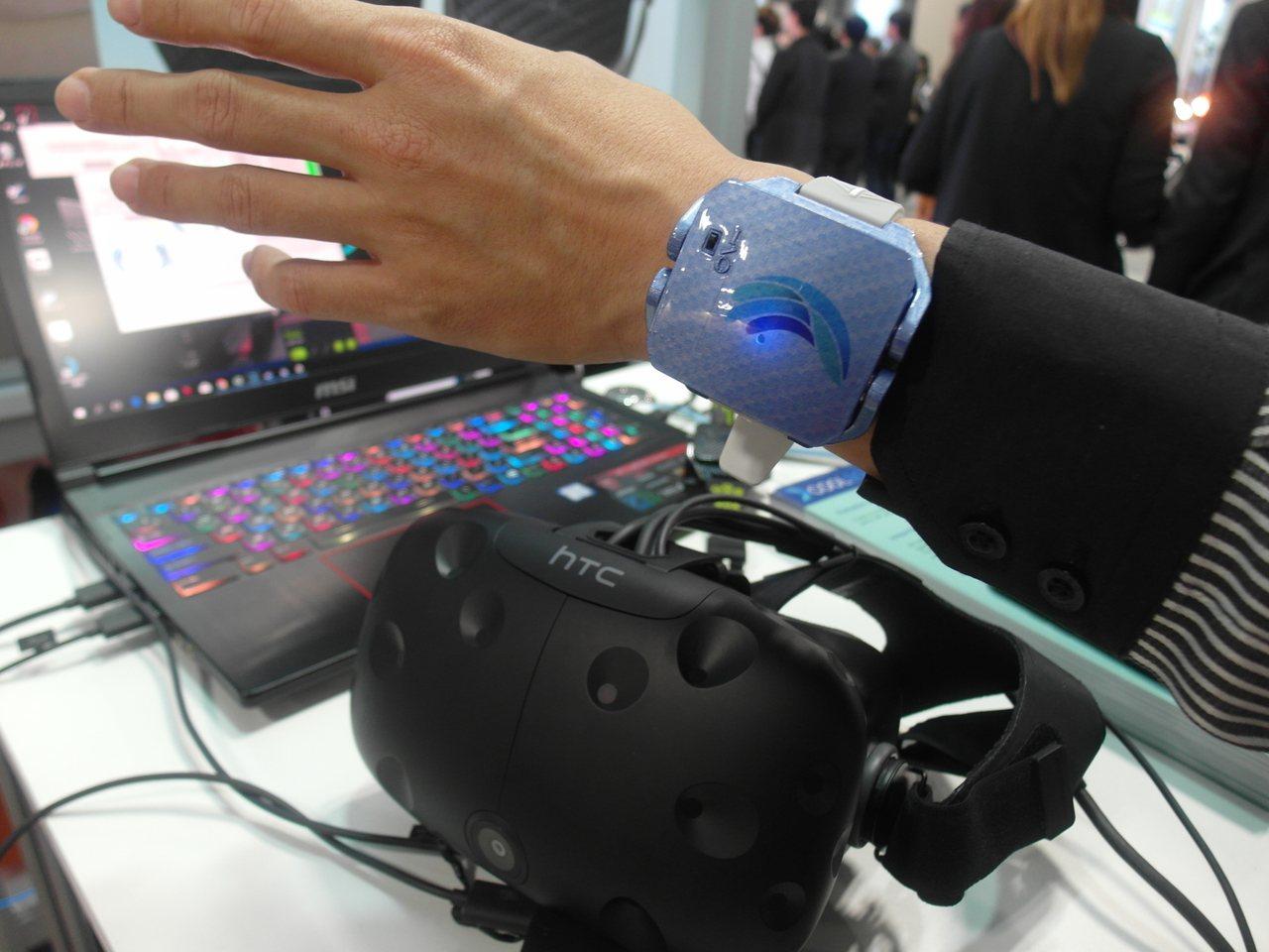 酷手在CES亮相的手勢控制裝置,用在如宏達電Vive的虛擬實境產品中,可以取代追...