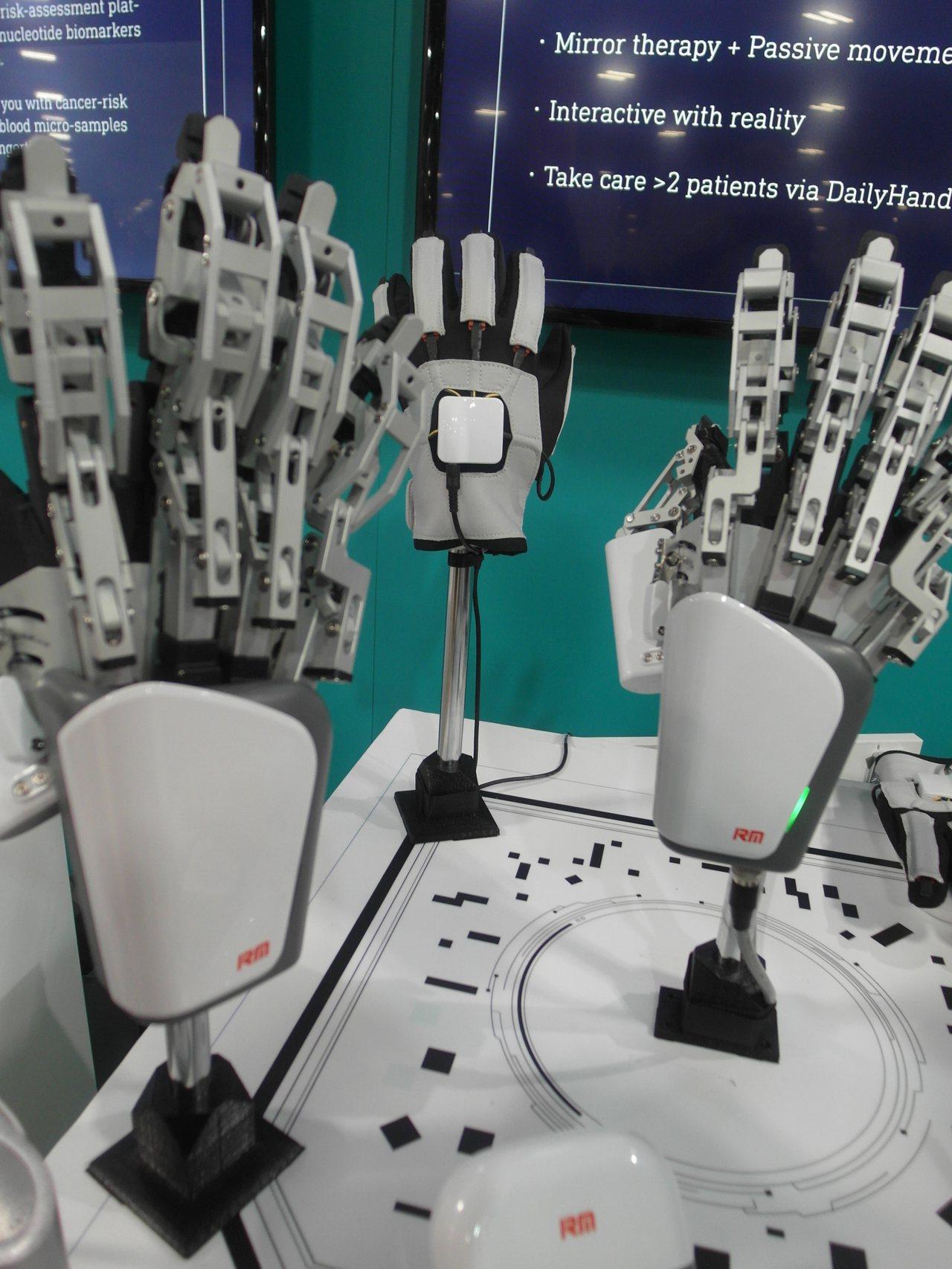 富伯推出的穿戴式骨骼復建機器手。 記者何佩儒/攝影