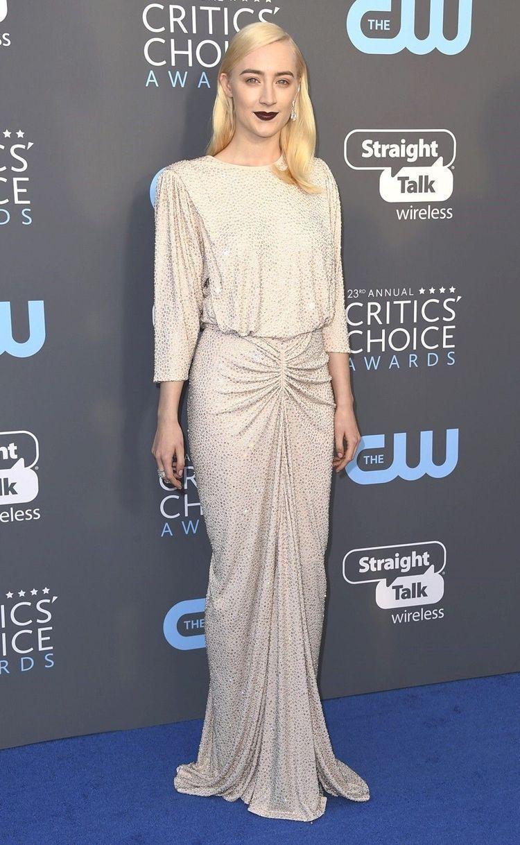 莎柔絲羅南身穿MICHAEL KORS銀色鉚釘訂製服。(美聯社)