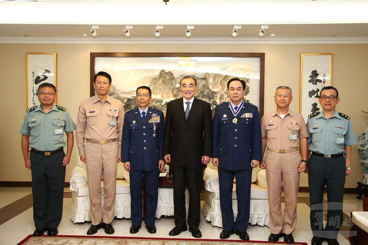 去年7月,國防部長馮世寬(中)頒贈獎章給屆退的總督察長劉守仁(左三)。圖/軍聞社