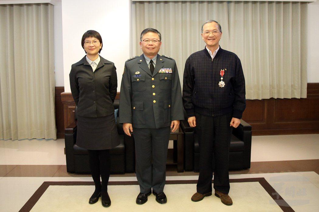 國防部副部長張冠群(中)頒授獎章給即將退休的朱華倉(右)。圖/軍聞社