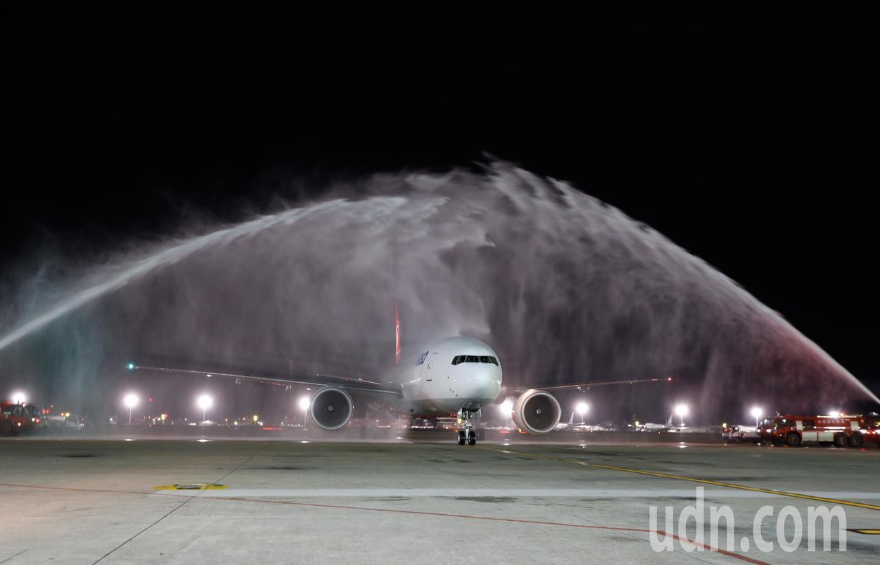 土耳其航空第一架貨機TK-6486今天晚上首航台北,接近晚上九點時降落桃園機場,...