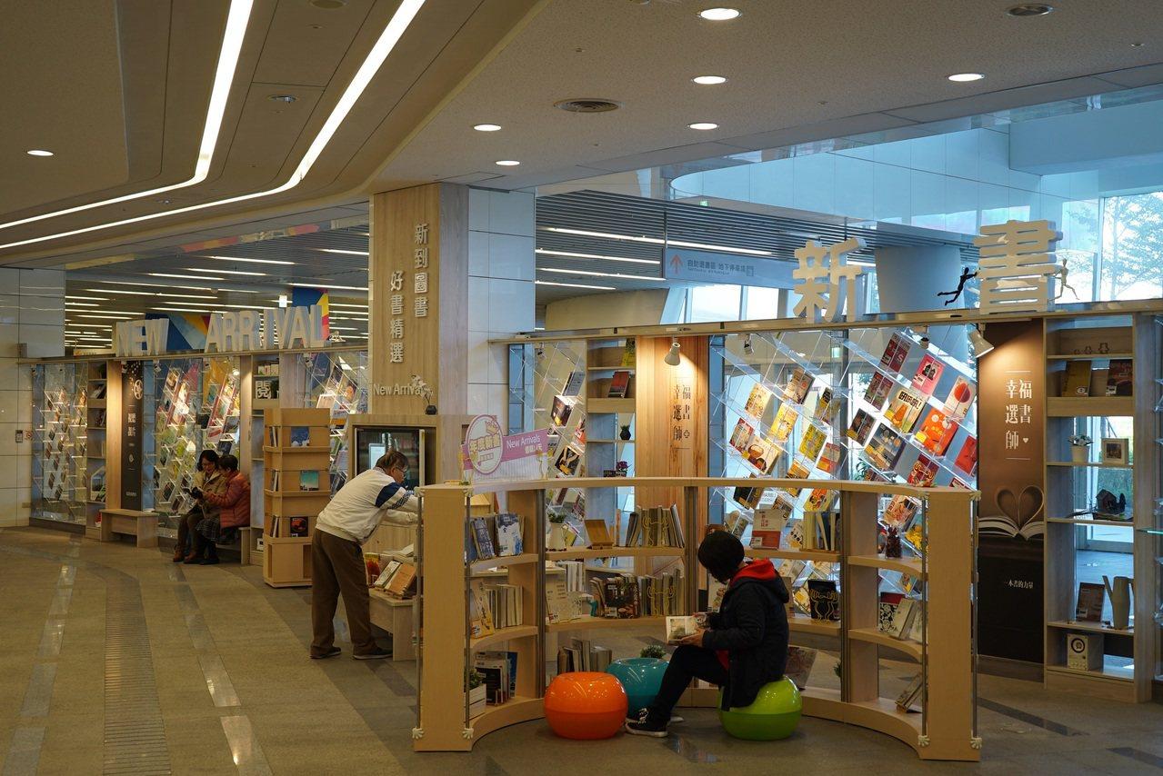 數位時代,台中市民仍愛閱讀,國立公共資訊圖書館統計,去年借書量達1097萬冊,再...