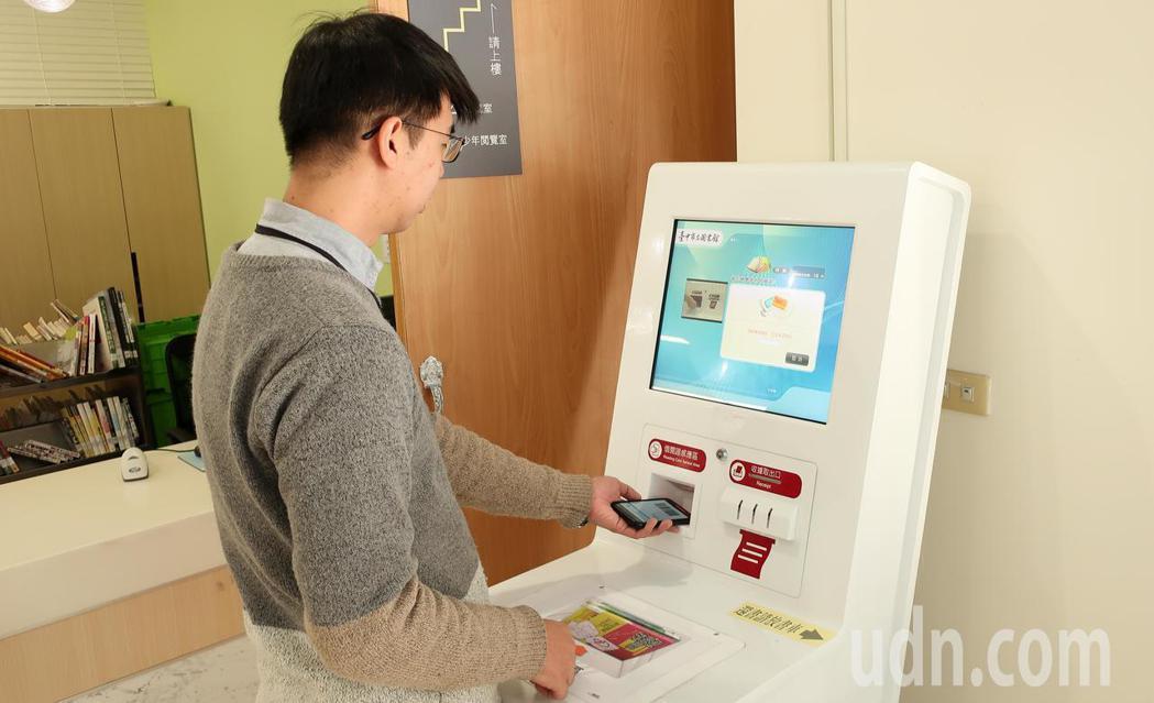 因應數位時代的挑戰,台中市立圖書館開發App,讀者手機就是借書證,方便性大幅提高...