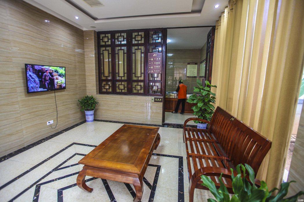 湖南省新寧縣崀山風景區的公共廁所有電視、椅子和茶几。圖/取自網路
