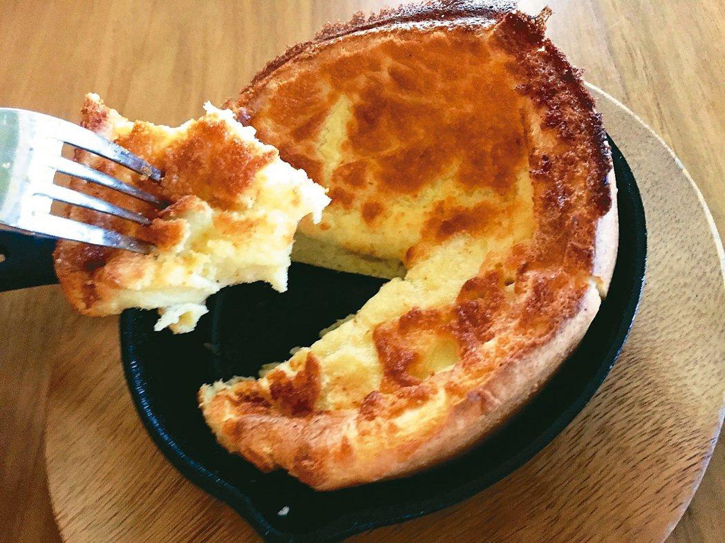 我的做法是調整之前在元氣介紹過的英式早餐包食譜,用燒得火熱的鐵鍋做一盤奶蛋布丁當...
