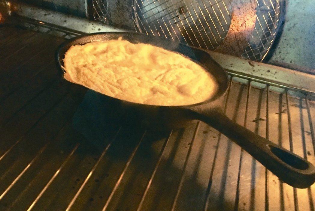 烤箱中即將膨脹的布丁。 圖/朱慧芳