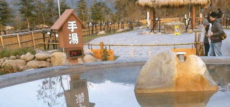 高市一位林姓市民到六龜寶來花賞溫泉泡湯,覺得手湯溫度攝氏34度多,在寒冬裡泡起來沒有「溫」泉的感覺。 圖/林姓高雄市民提供