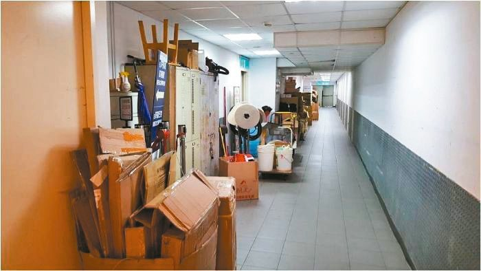 桃園市政府建管處發現部分營業場所的逃生避難走廊堆置雜物,影響避難安全性。 圖/桃...
