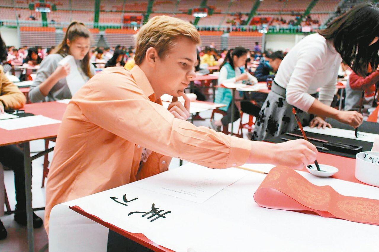 第12屆桃園全國春聯書法比賽,新住民組吸引德國、日本、丹麥、波蘭、泰國、緬甸及越...