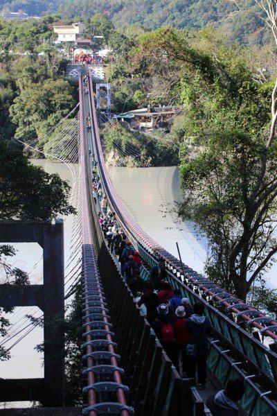「全台最長懸索橋」桃園市復興區新溪口吊橋昨日啟用,營運首日吸引不少民眾前往參觀。...